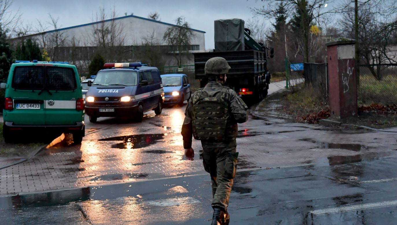 Saperzy w miejscu znalezienia bomby (fot.PAP/Marcin Bielecki)