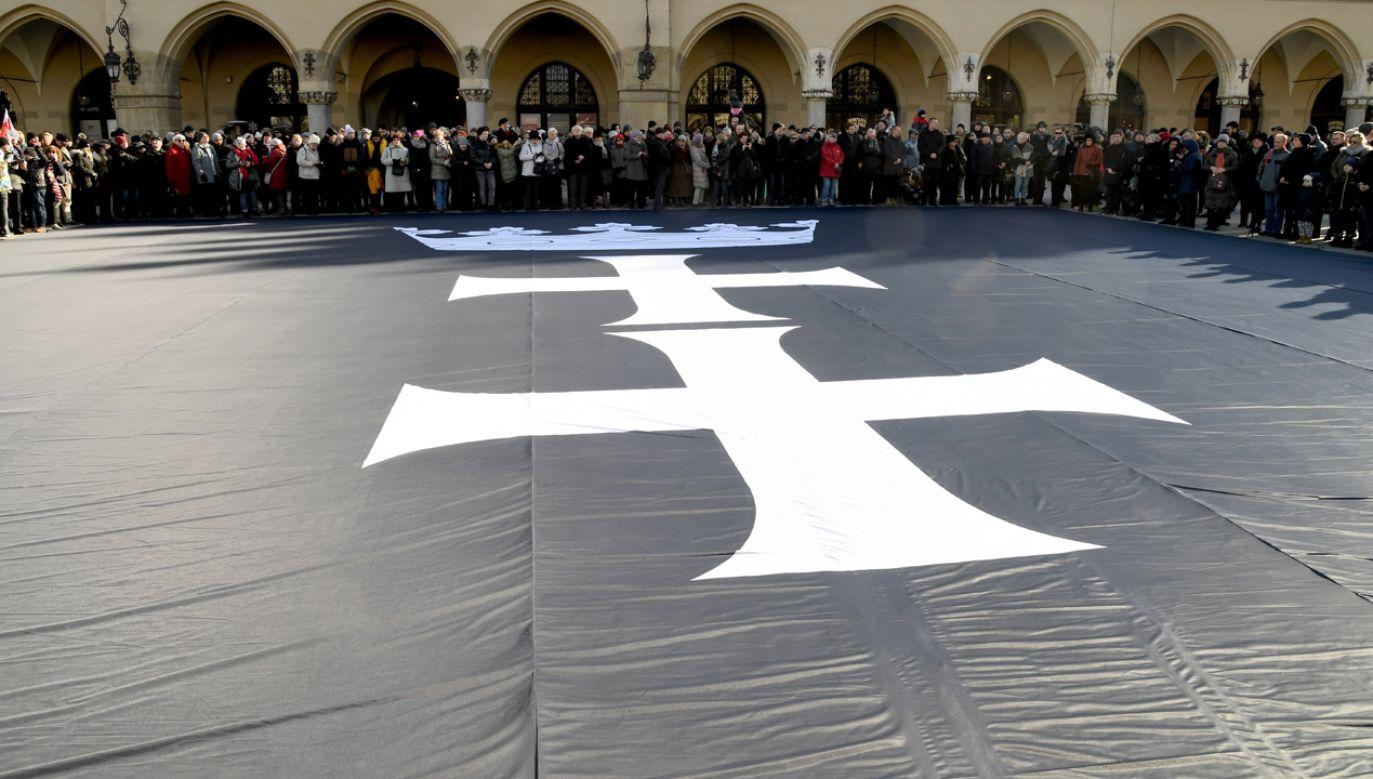 Mieszkańcy Krakowa wnieśli na Rynek i ułożyli na jego płycie Rynku kir z herbem Gdańska (fot. PAP/Jacek Bednarczyk)