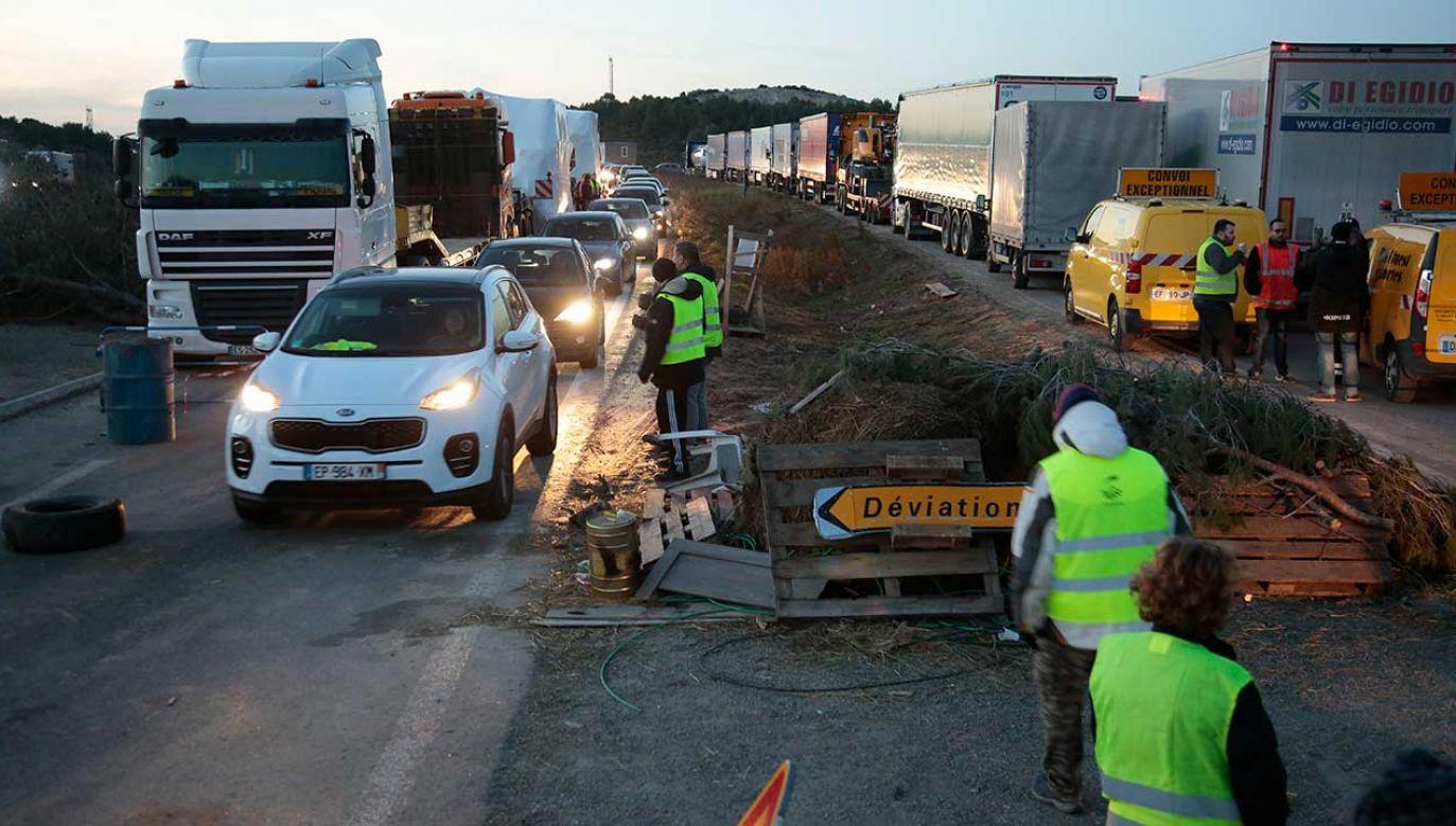 """Kierowca mógł wpaść w panikę na widok grupy """"żółtych kamizelek"""" (fot. Patrick Aventurier/Getty Images)"""