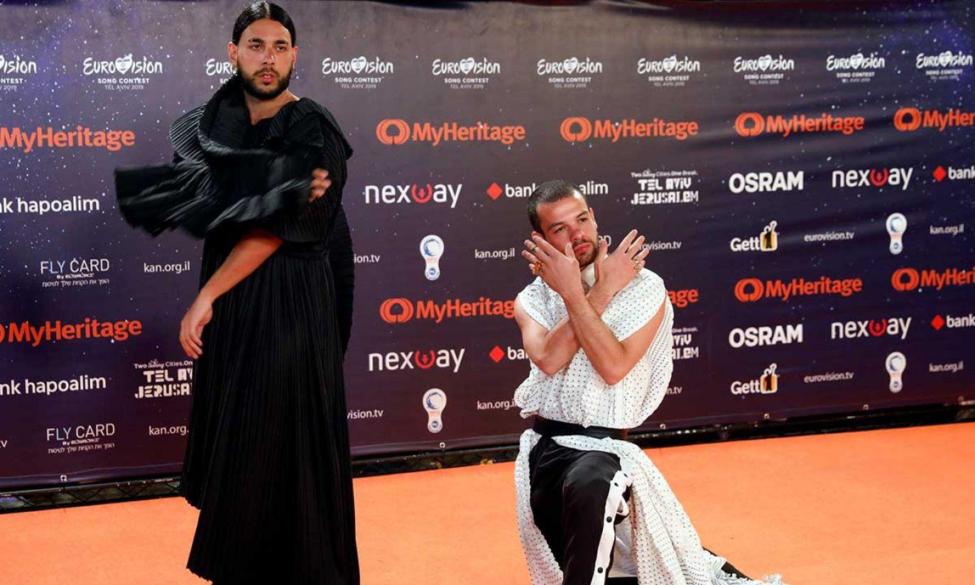 """Conan Osiris z Portugalii na """"Pomarańczowym dywanie"""" podczas ceremonii otwarcia Konkursu Piosenki Eurowizji 2019 w Tel Awiwie (fot. REUTERS/Amir Cohen)"""