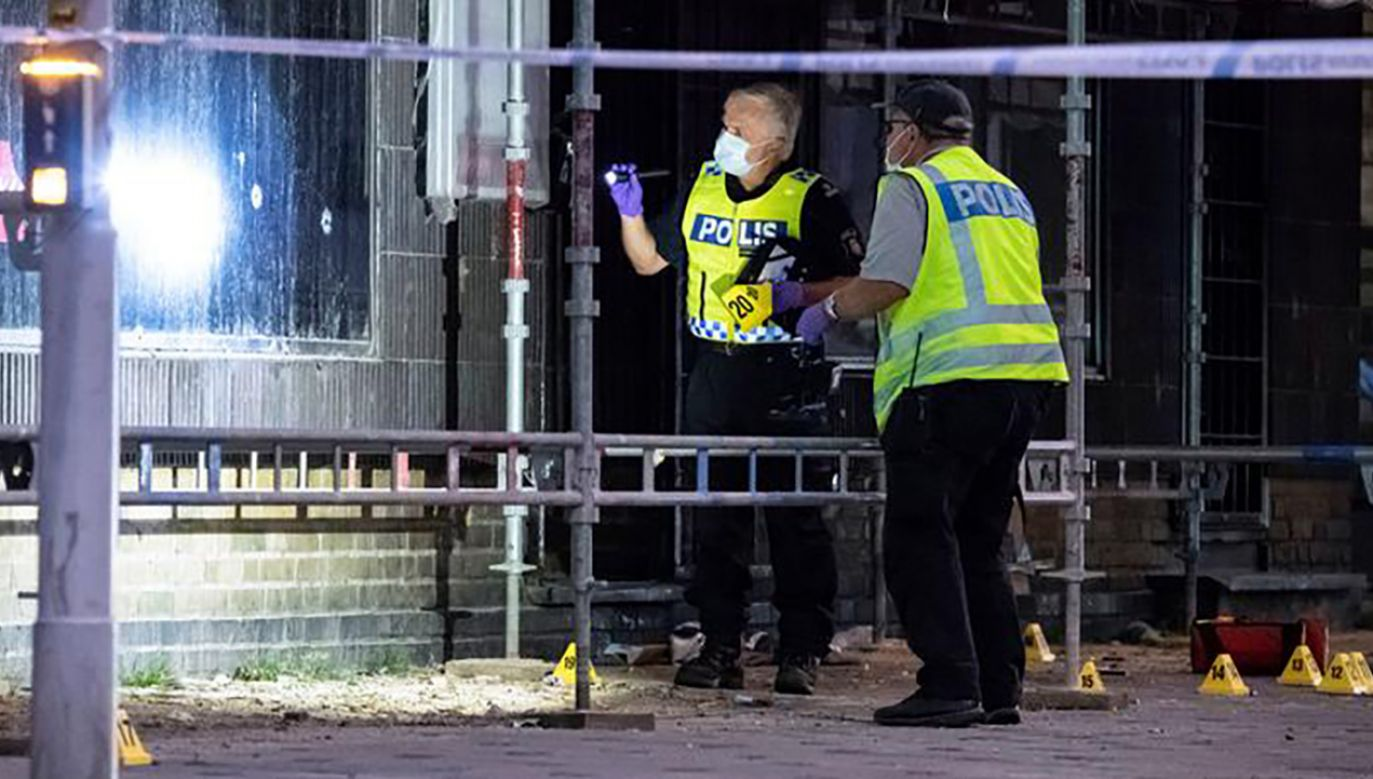 Do strzelaniny doszło kilkadziesiąt metrów od komisariatu policji. Najpewniej były to porachunki gangów (fot. REUTERS/TT News Agency/Johan Nilsson)