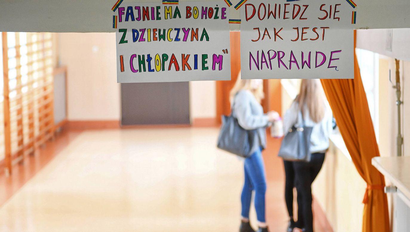 """Pod koniec października niektóre szkoły wzięły udział w akcji """"Tęczowy piątek"""", organizowanej od 2016 r. przez Kampanię Przeciw Homofobii (fot. arch.PAP/Marcin Kmieciński)"""