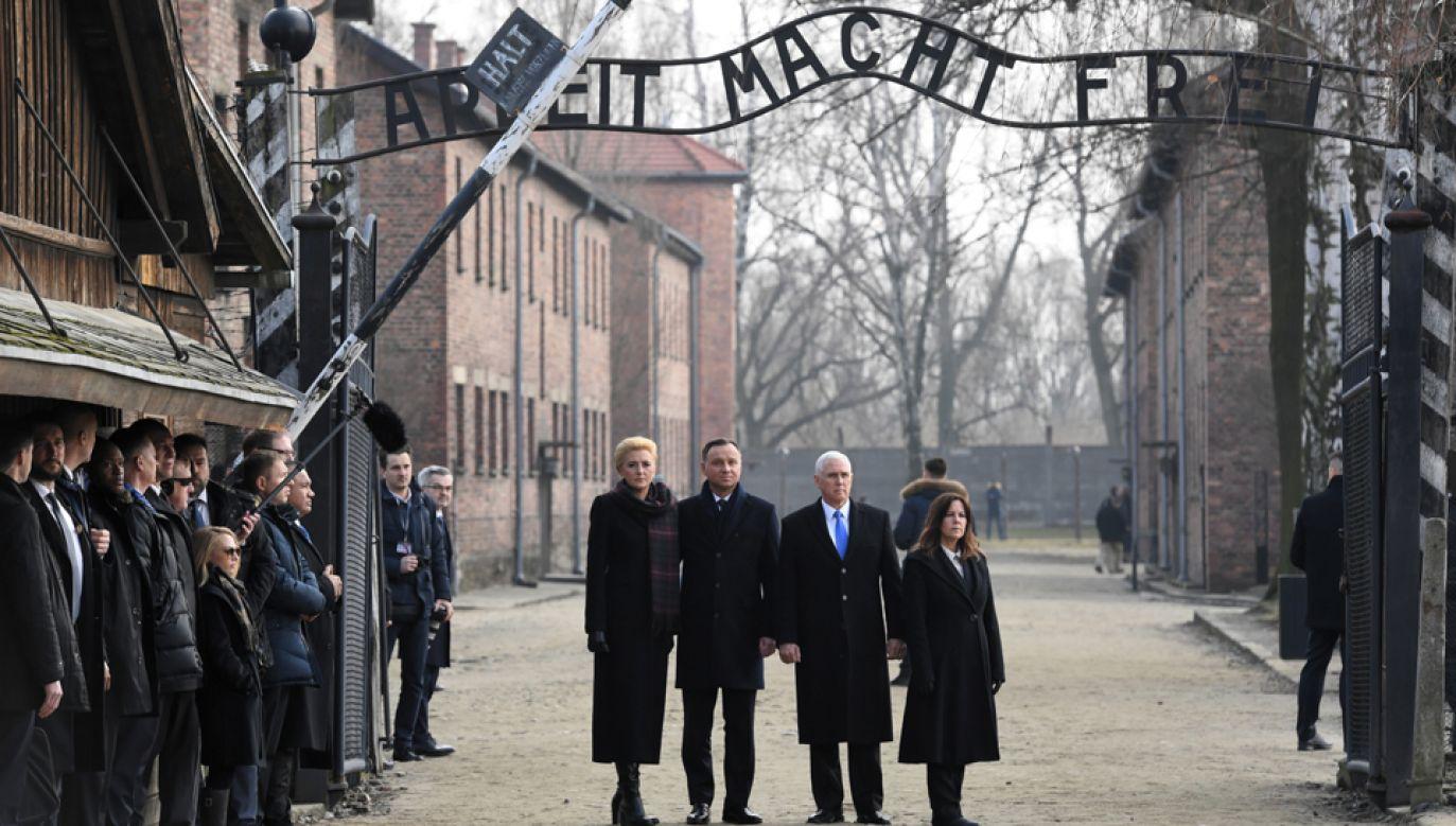Prezydent Andrzej Duda z małżonką oraz wiceprezydent USA Mike Pence z małżonką w Auschwitz-Birkenau (fot. PAP/Jacek Bednarczyk)