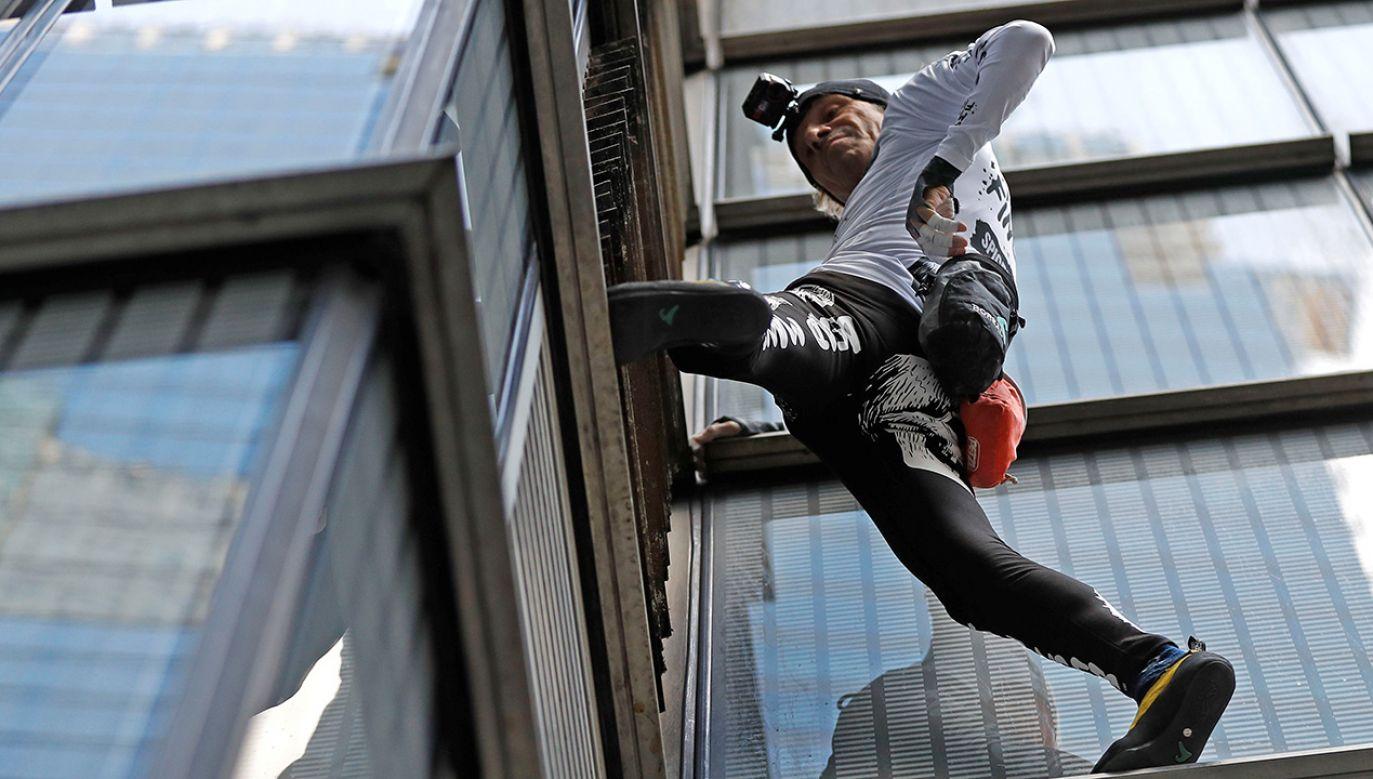 """""""Człowiek pająk"""" wspiął się w swej karierze na ponad 100 budowli (fot. REUTERS/Peter Nicholls)"""