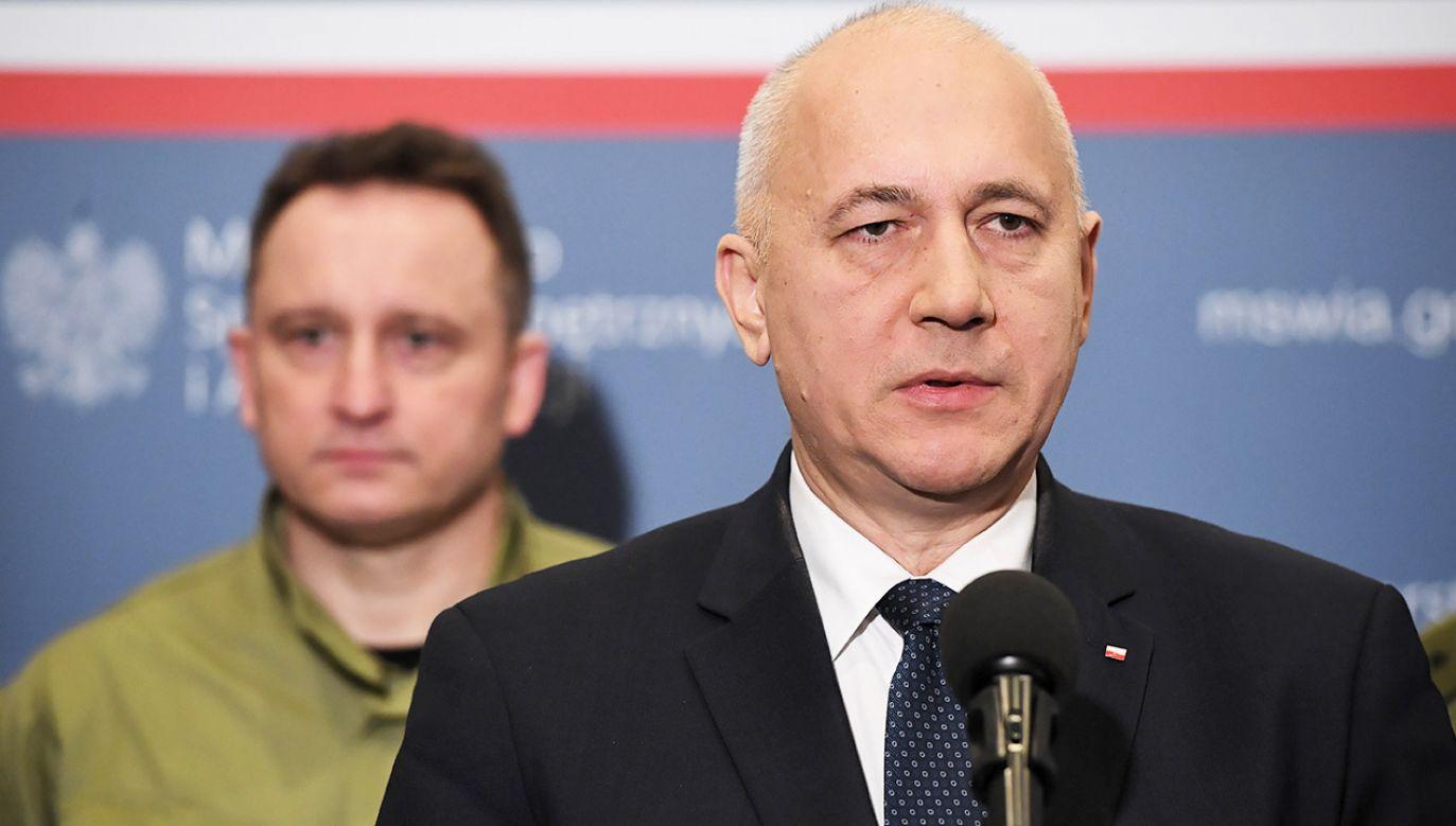"""Szef MSWiA stwierdził, że był naiwny, myśląc, że wydarzenie zorganizowała """"garstka idiotów i imbecyli"""" (fot.  PAP/Radek Pietruszka)"""