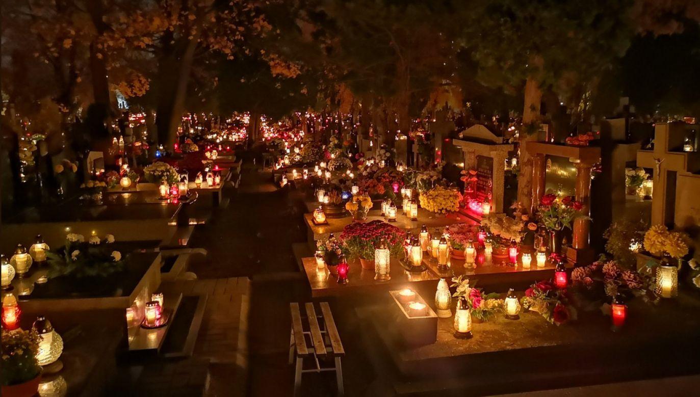 Płonące światełka zniczy na cmentarzu w Warszawie (fot.twitter/bogdan607)