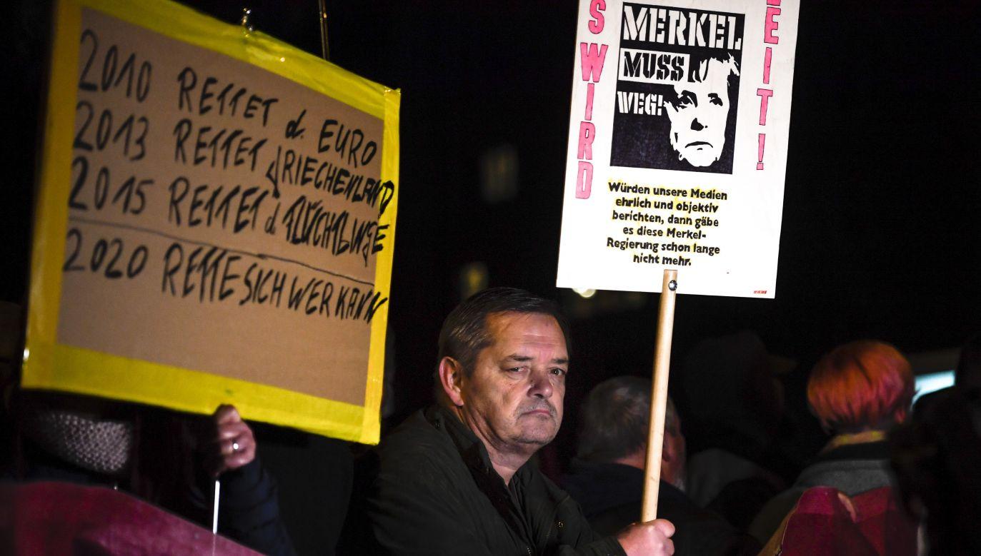 Merkel musi odejść. Gdyby media informowały rzetelnie i obiektywnie, rządu Merkel dawno by nie było – głosi jeden z transparentów przyniesionych przez przeciwników niemieckiej kanclerz (fot. PAP/EPA/Filip Singer)