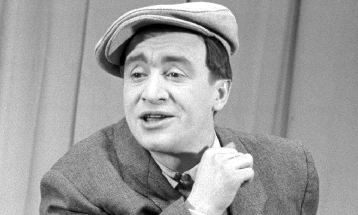 W 1954 r. młody aktor w zawadiackim kaszkiecie i z szelmowskim uśmiechem (fot. arch. PAP/Zygmunt Januszewski)