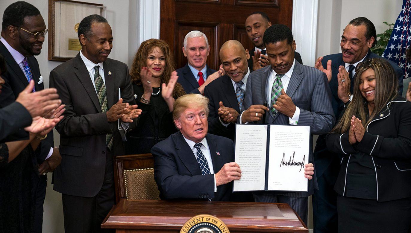 Donald Trump podpisał z okazji święta specjalną deklarację (fot. PAP/ EPA/JIM LO SCALZO)