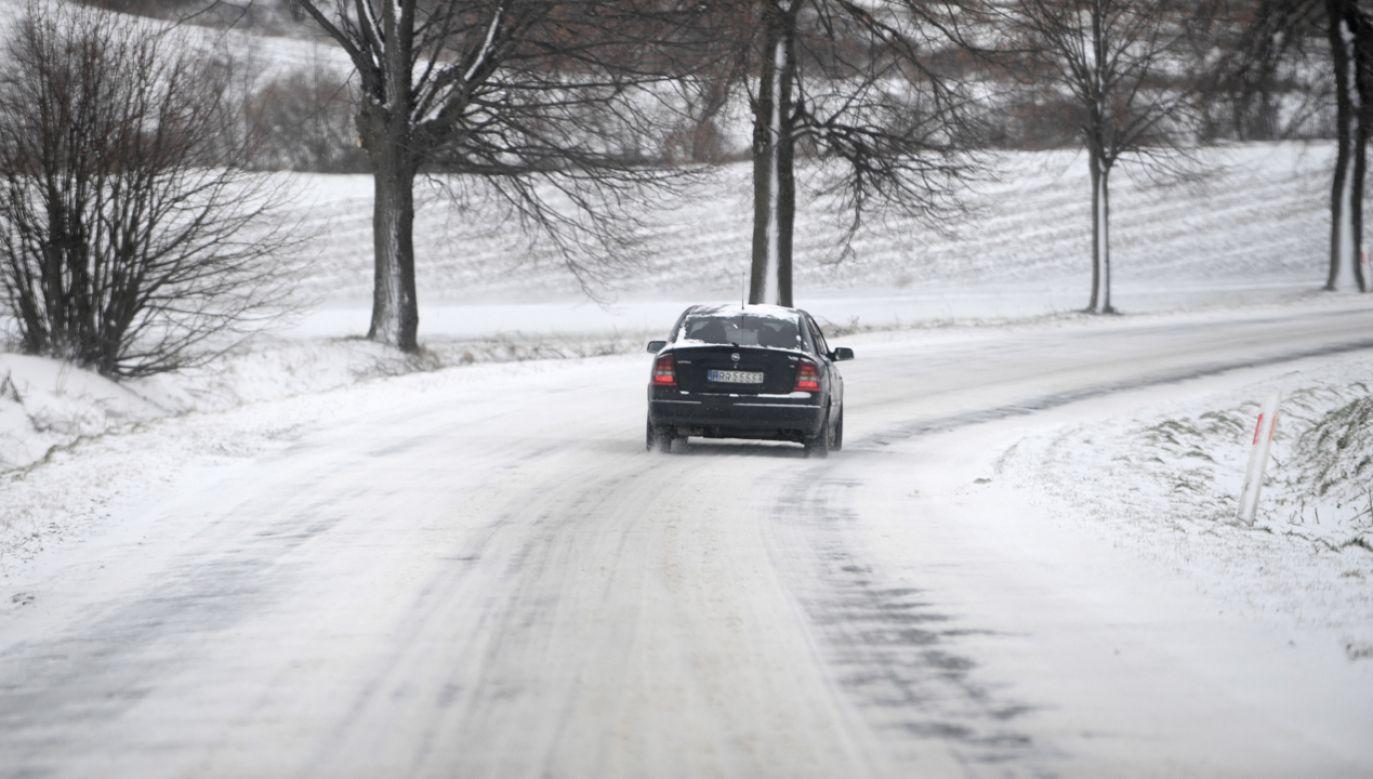 Na wielu drogach można spotkać znaki nakazujące jazdę w łańcuchach śniegowych  (fot. PAP/Darek Delmanowicz)