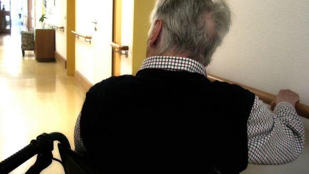 Oszuści wykorzystali starszych ludzi, aby uniknąć n mandatów i punktów karnych  (fot. pixabay.com/geralt)