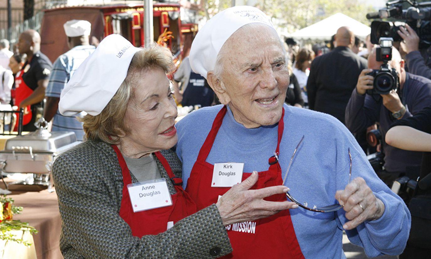 Kirk Douglas i Mayor Antonio Villaraigosa przygotowują kolacje dziękczynną dla bezdomnych w 2009 roku (fot. Reuters Pictures/Fred Prouse)