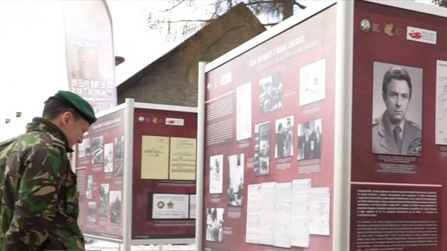 Lekcje najnowszej historii Polski zorganizowano dla żołnierzy Batalionowej Grupy Bojowej NATO stacjonujących w Bemowie Piskim koło Orzysza (fot. TVP Info)