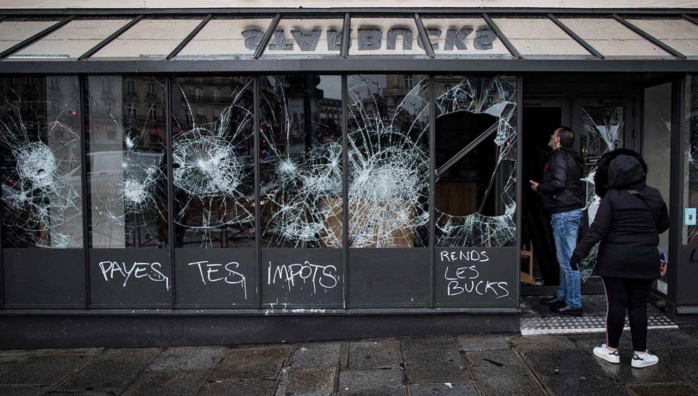 W sobotę przeciwko polityce prezydenta i wzrastającym kosztom utrzymania protestowało w całej Francji około 136 tysięcy osób (fot. PAP/EPA/IAN LANGSDON)
