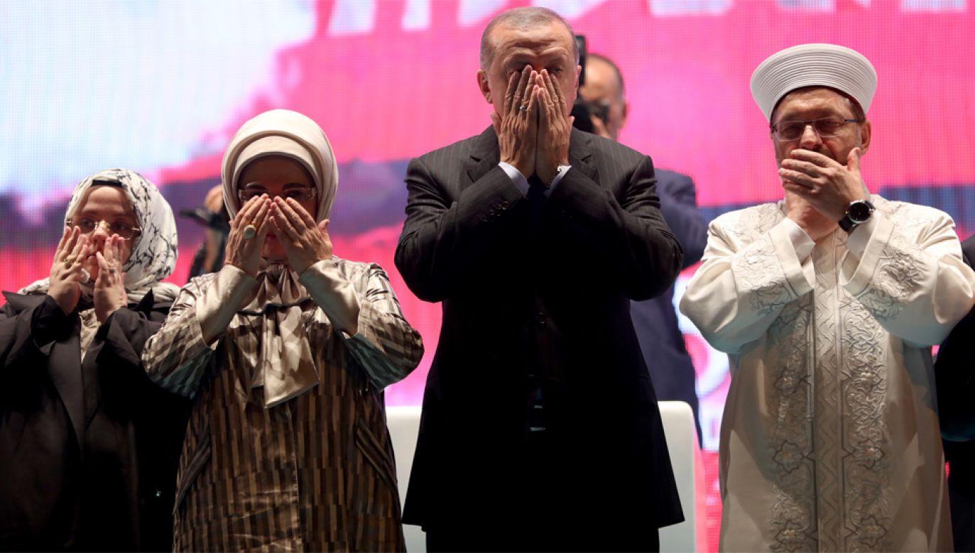 O odwołaniu stanu wyjątkowego zdecydował prezydent Erdogan (fot. PAP/EPA/ERDEM SAHIN)