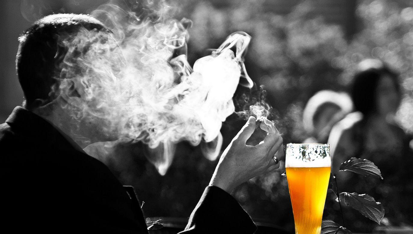 Osoba, która jednocześnie pije alkohol i wypala papierosa, zwiększa ryzyko uszkodzenia mózgu (fot. Pixabay)