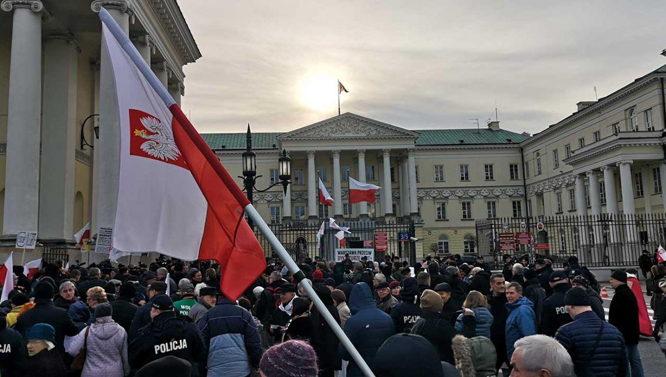 W manifestacji uczestniczą setki osób (fot. portal tvp.info)