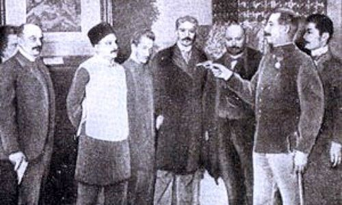 Prezentacja kamizelki kuloodpornej Szczepanika. Fot. Wikimedia Commons/autor nieznany - http://www.tarnow.pl/szczepanik/wynalazki.php, domena publiczna