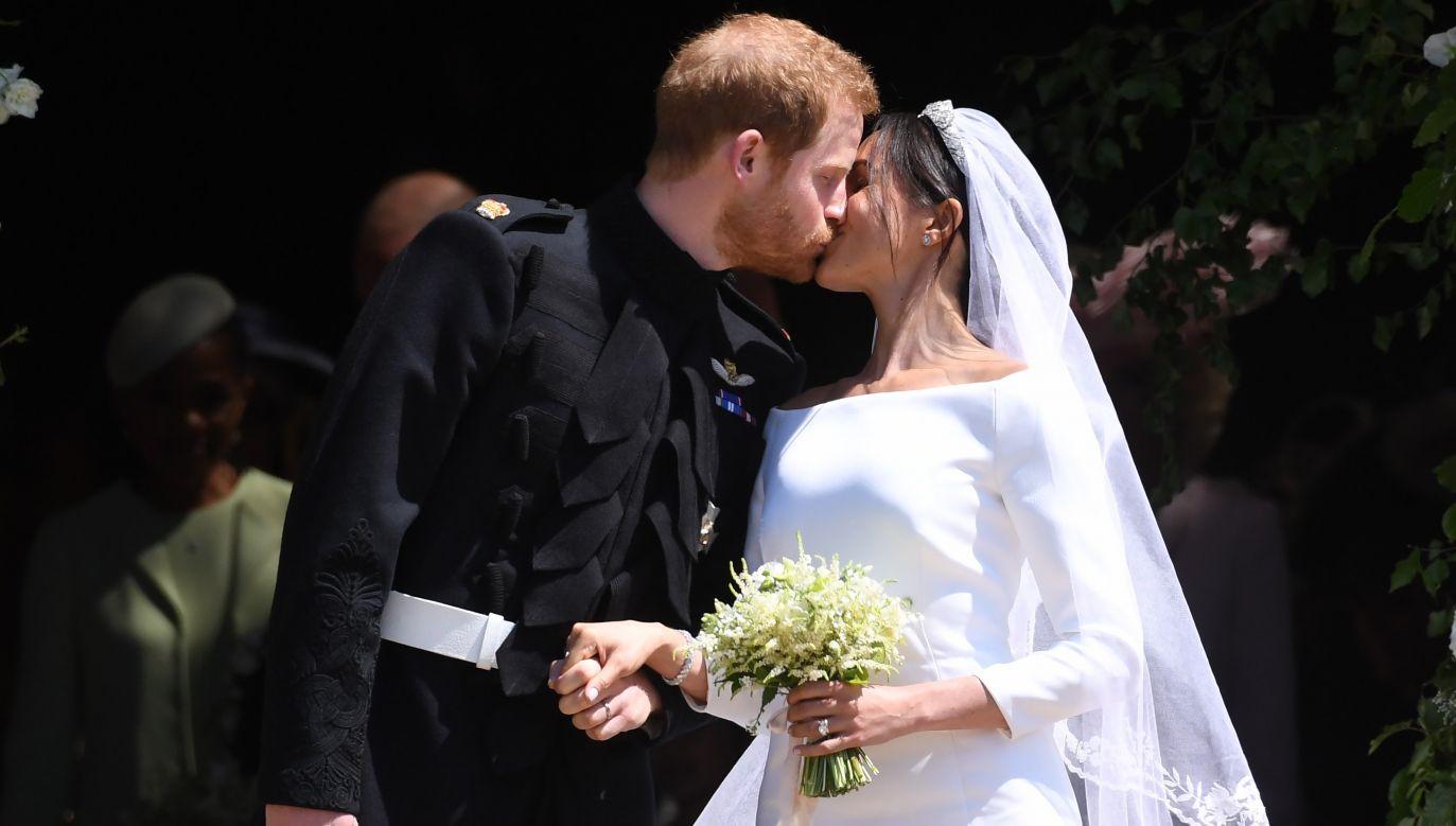 Pocałunek księżnej Meghan i księcia  Sussex Harry'ego po królewskiej ceremonii zaślubin. Wychodzą z kaplicy św. Jerzego w zamku Windsor. Fot. PAP/EPA