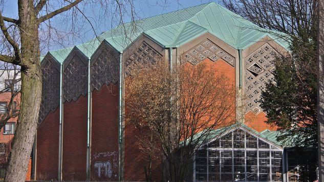 """Na wieży kościelnej zamiast krzyża umieszczono złoty arabski napis """"Allah""""  (fot. Wikipedia/Dirtsc)"""