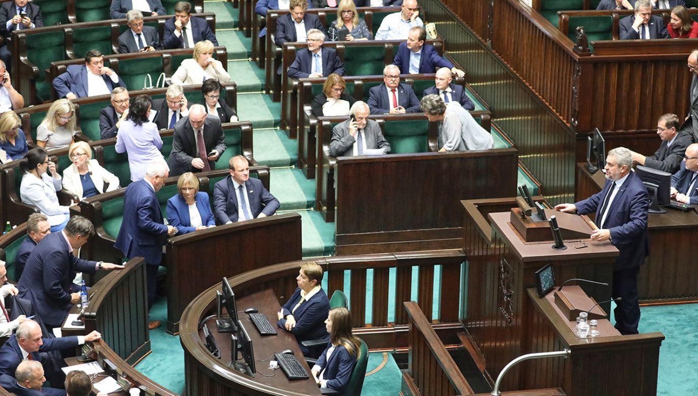 Gdyby wybory do Sejmu odbyły się w najbliższych dniach, zdecydowanie wygrałby je PiS – wynika z sondażu (fot. PAP/Tomasz Gzell)