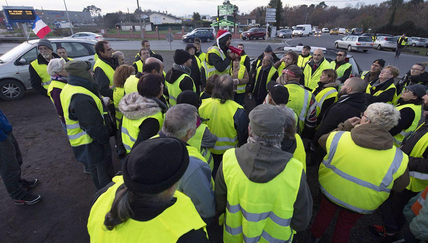 """W sobotę kolejny dzień protestów """"żółtych kamizelek"""" (fot. PAP/EPA/CAROLINE BLUMBERG)"""