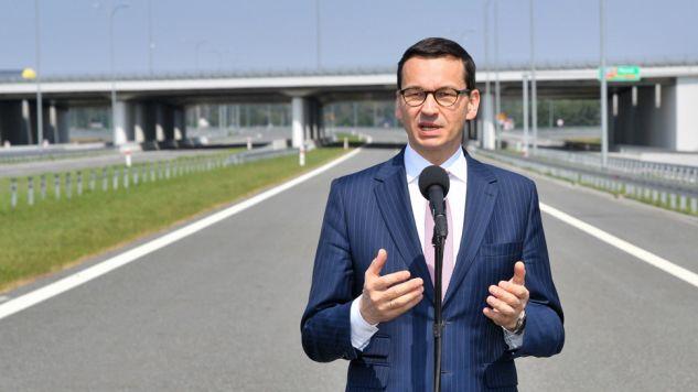 Premier Mateusz Morawiecki podczas uruchomienia pierwszego odcinka drogi S11 (fot. PAP/Jan Karwowski)