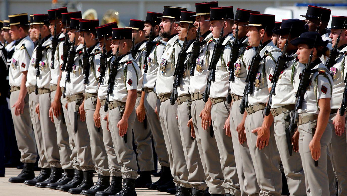 Prezydent Francji Emmanuel Macron zapowiedział w piątek przywrócenie powszechnego obowiązku wojskowego, zniesionego przed 20 laty(fot. REUTERS/Jean-Paul Pelissier)