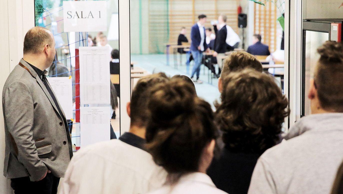 Egzamin ósmoklasisty przeprowadzany jest po raz pierwszy (fot. PAP/Tomasz Waszczuk)