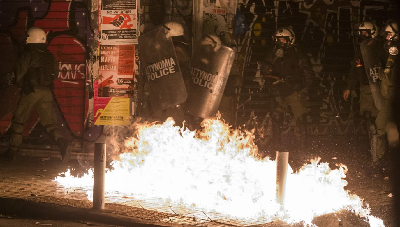 Policja poinformowała, że w stolicy ok. 300 osób zbudowało barykady, zza których rzucano w funkcjonariuszy koktajlami Mołotowa i kamieniami (fot. Ayhan Mehmet/Anadolu Agency/Getty Images)