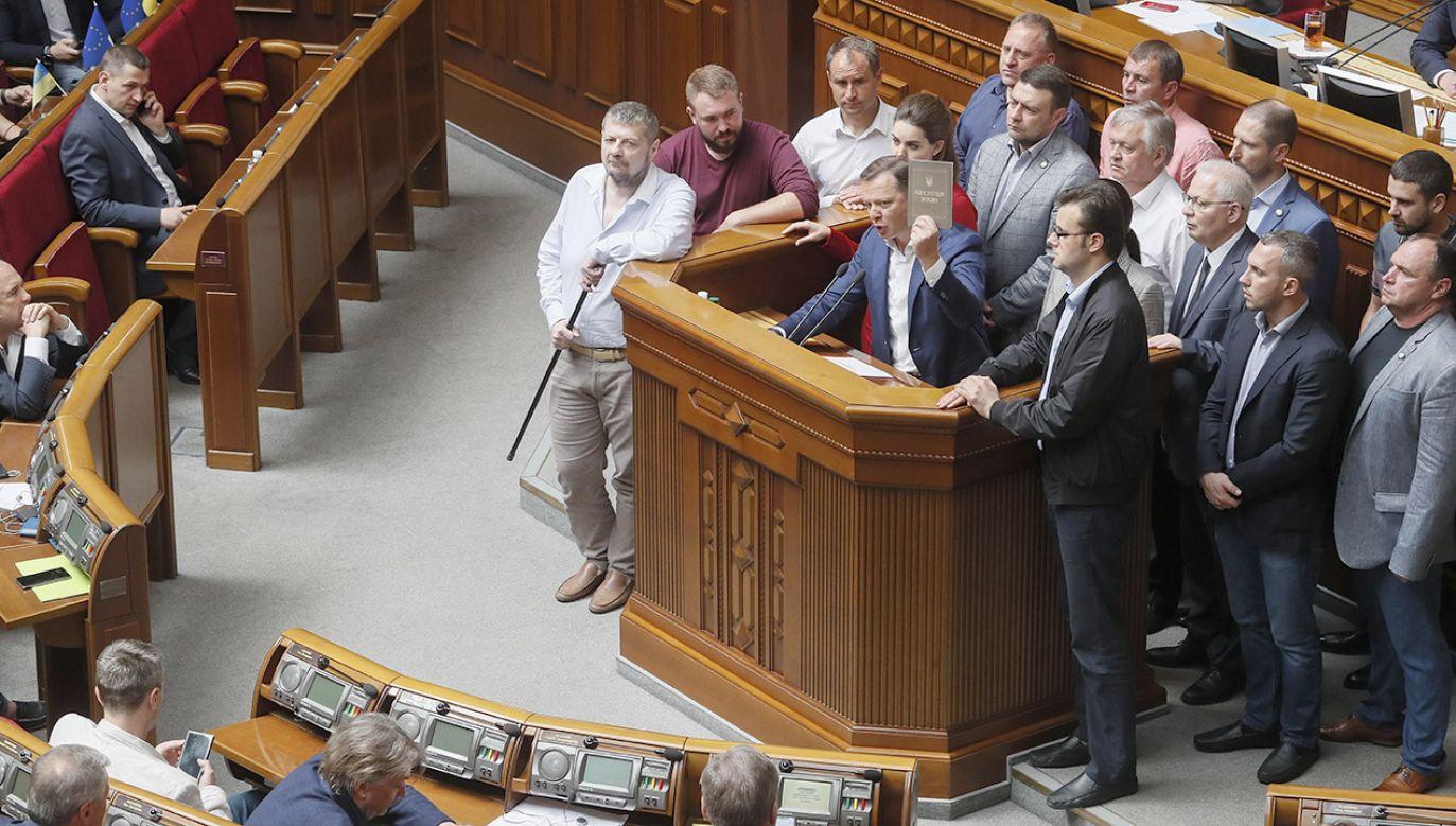 Przeciwnicy Zełenskiego zarzucają mu, że po objęciu władzy z naruszeniem konstytucji rozwiązał parlament (fot. PAP/EPA/SERGEY DOLZHENKO)