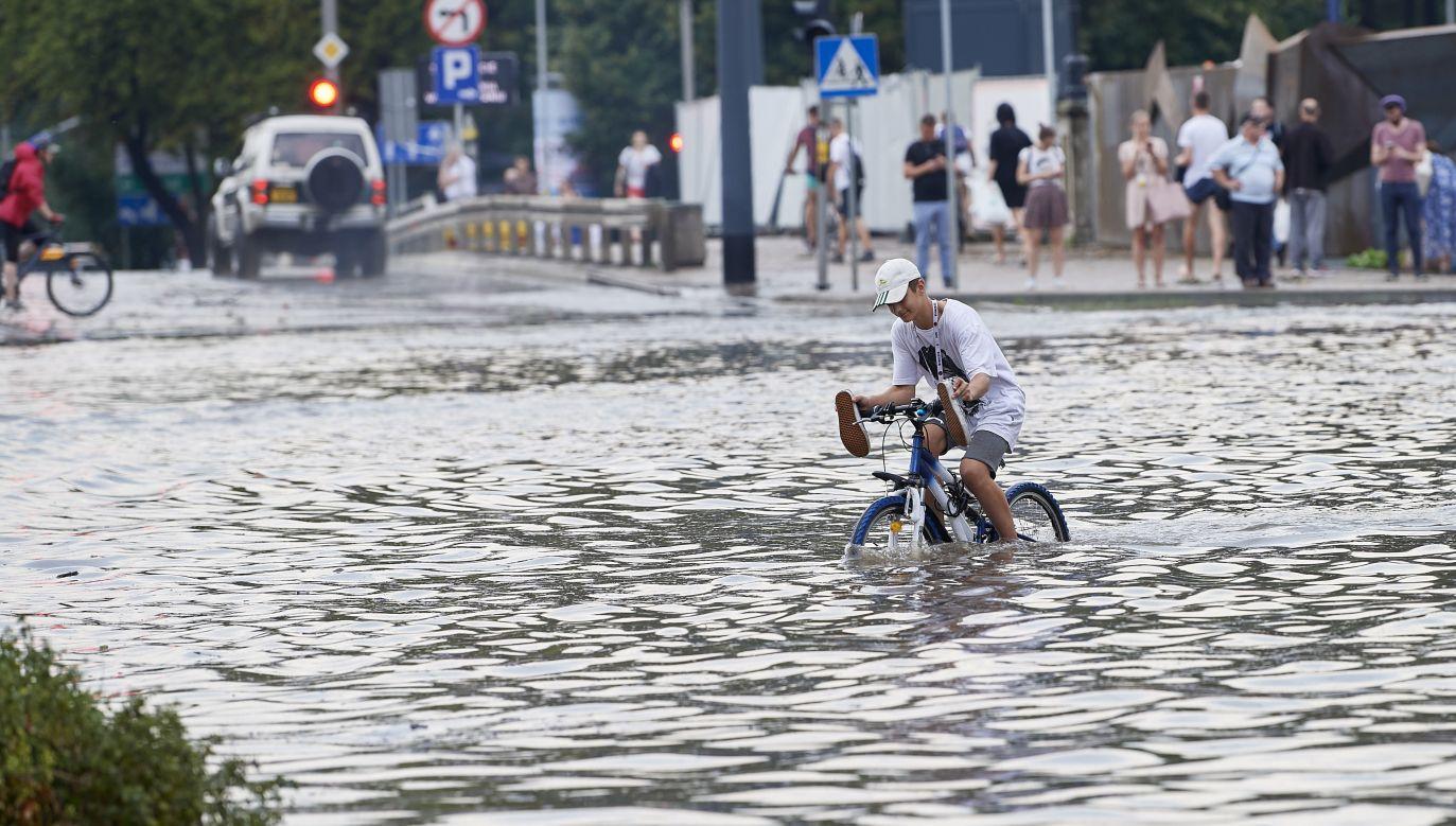 IMGW ostrzega przed nawałnicami: może spaść nawet do 40 mm deszczu (fot. PAP/Adam Warżawa)