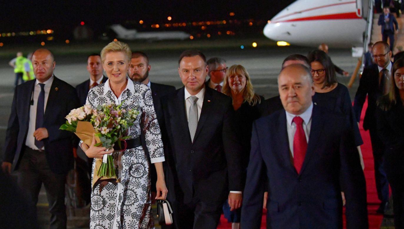 Prezydent Andrzej Duda (5L) z małżonką Agatą Kornhauser-Dudą (3L) po wylądowaniu na lotnisku w Gruzji (fot.  PAP/Bartłomiej Zborowski)