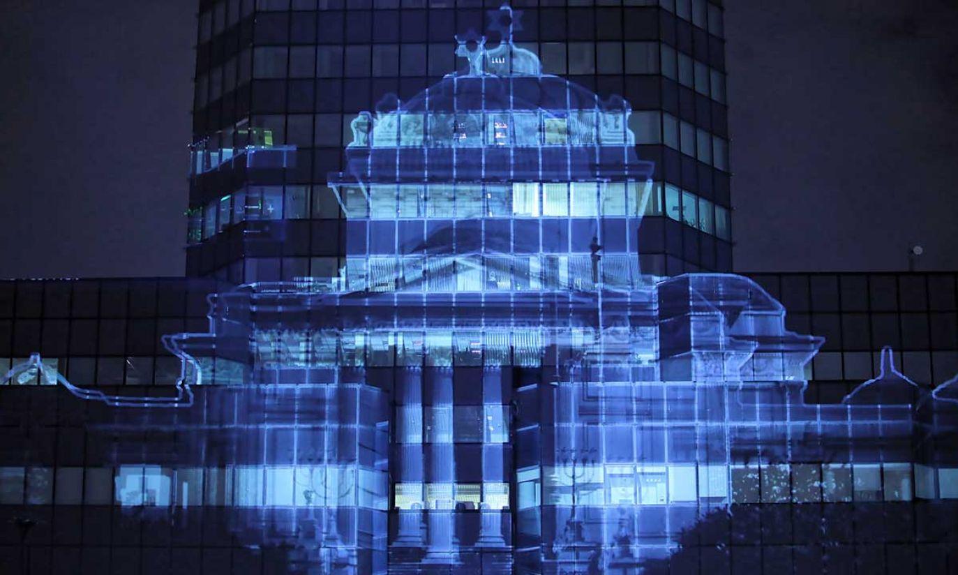 Próba medialna na pl. Bankowym w Warszawie, obrazu powstającej z gruzów synagogi na ścianie Błękitnego Wieżowca, na fasadzie budynku, który po wojnie zajął miejsce po Wielkiej Synagodze (fot. PAP/Leszek Szymański)