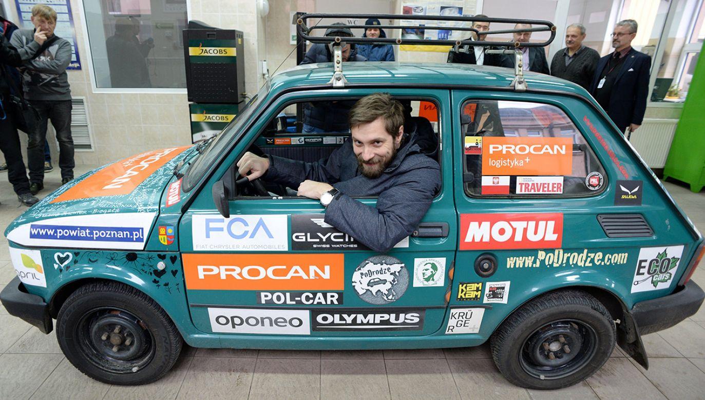 Podróżnik Arkady Fiedler przekazuje swojego fiata 126p Zespołowi Szkół Samochodowych w Radomiu (fot. PAP/Piotr Polak)