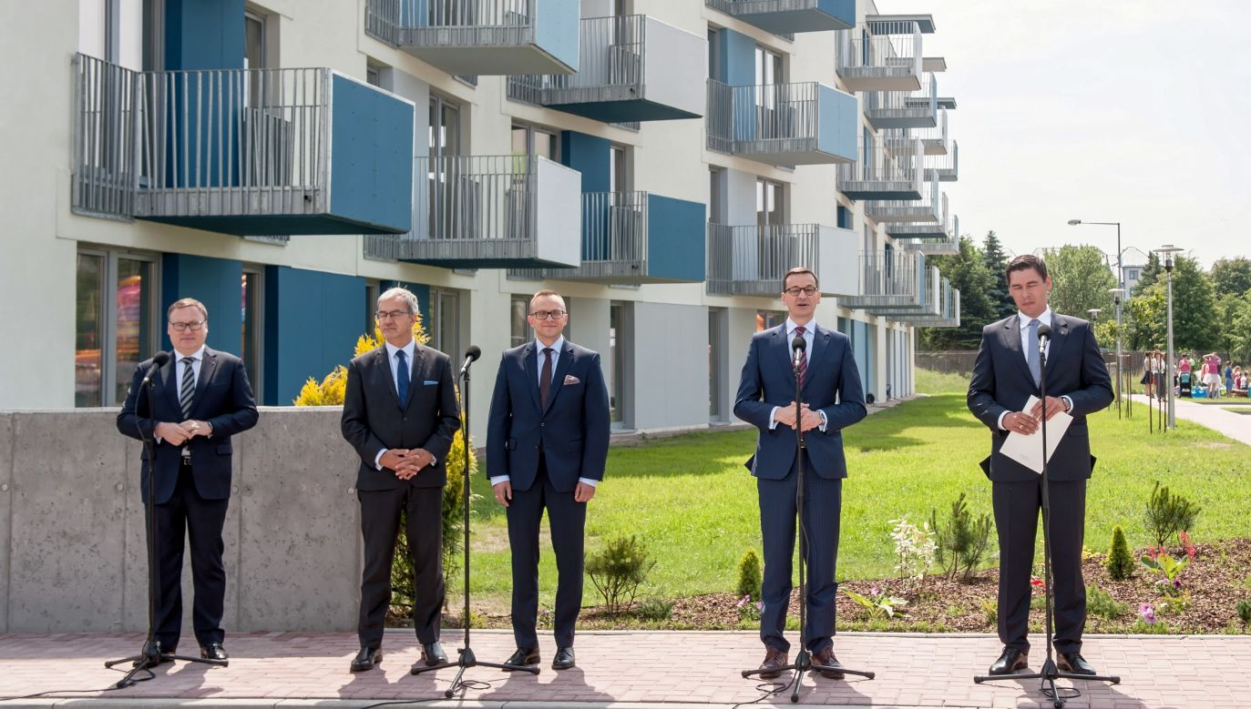 Prime Minister Mateusz Morawiecki and Minister Kwieciński symbolically handed over two flats. Photo: PAP/Tomasz Koryszko