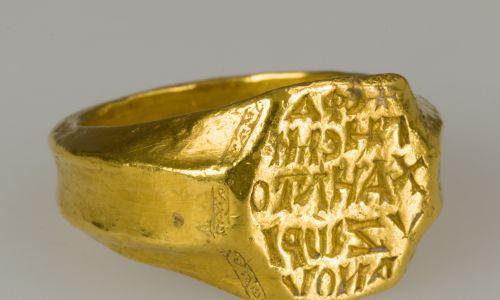 Bizantyjski, złoty sygnet Michaela Zorianosa, pierwszego oficera despoty Epirosa w środkowo-zachodniej Grecji i jednego z założycieli kościoła w mieście Mokista około roku 1300. Fot. Wikipedia/Metropolitan Museum of Art