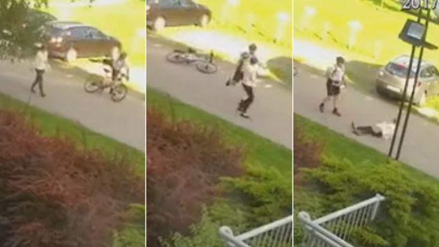 Atak na kobietę został zarejestrowany przez kamerę monitoringu (fot. policja.pl)