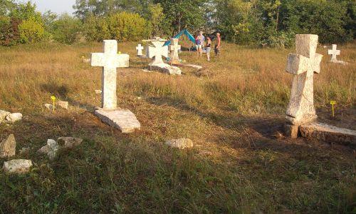 Otrokiv, stary cmentarz prawosławny, odnawiany w 2012 roku przez Stowarzyszenie Magurycz. Fot. Wikimedia/Birczanin – praca własna, CC BY-SA 3.0