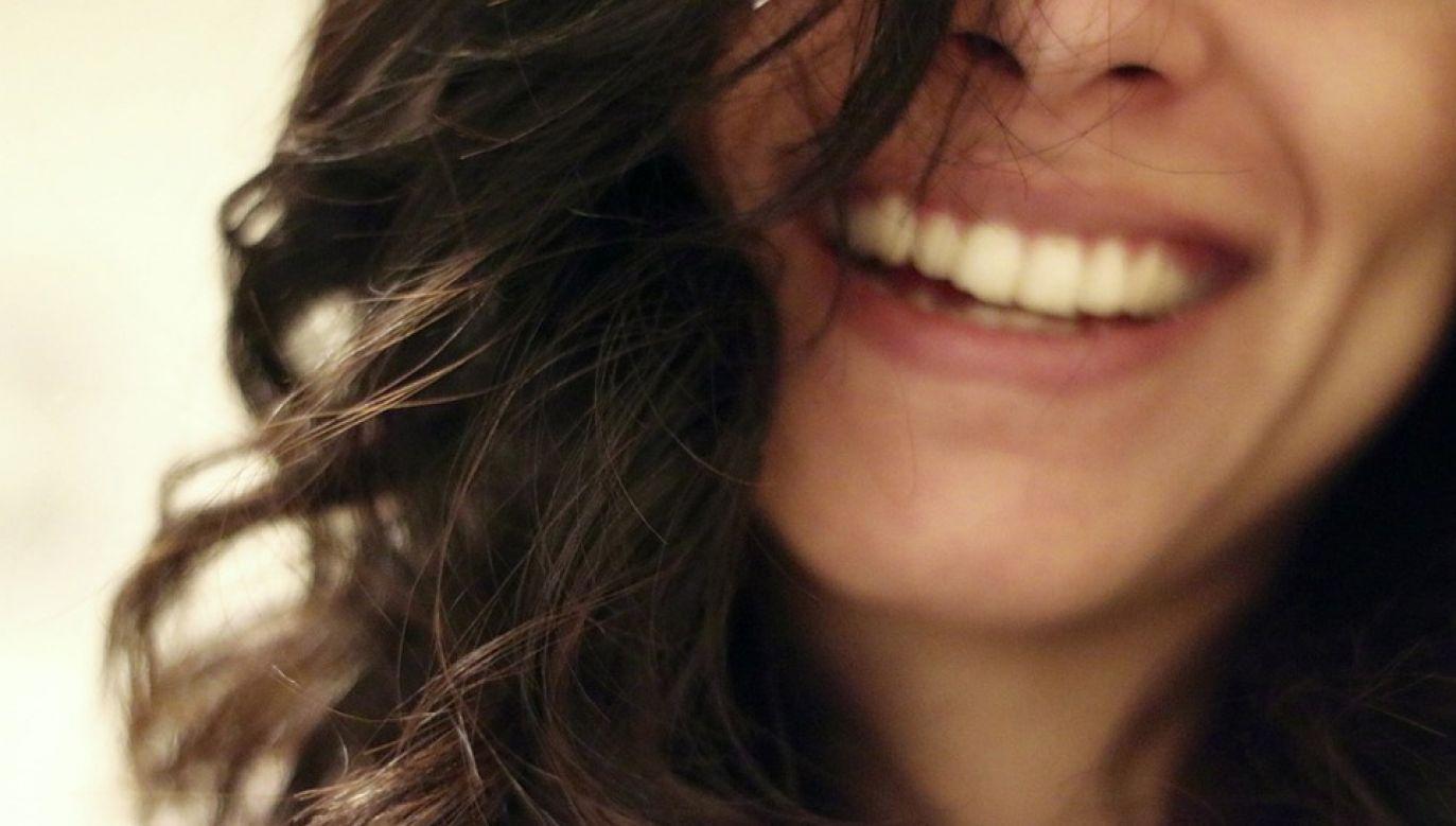 Uśmiech nie zawsze odzwierciedla wesołość (fot. Pixabay)