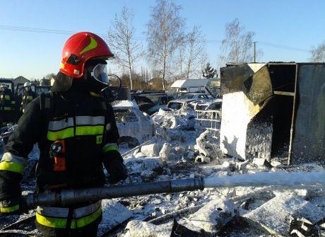 Pożar na szrocie w Warcie. Spłonęło 14 samochodów