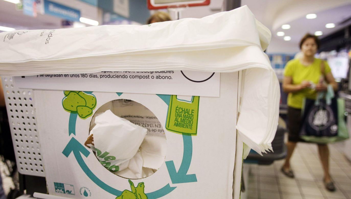 Podczas eksperymentów badacze umieszczali torby w warunkach środowiskowych, do jakich najpewniej trafiłyby po wyrzuceniu na śmieci (fot. REUTERS/Susana Vera (SPAIN SOCIETY BUSINESS ENVIRONMENT)