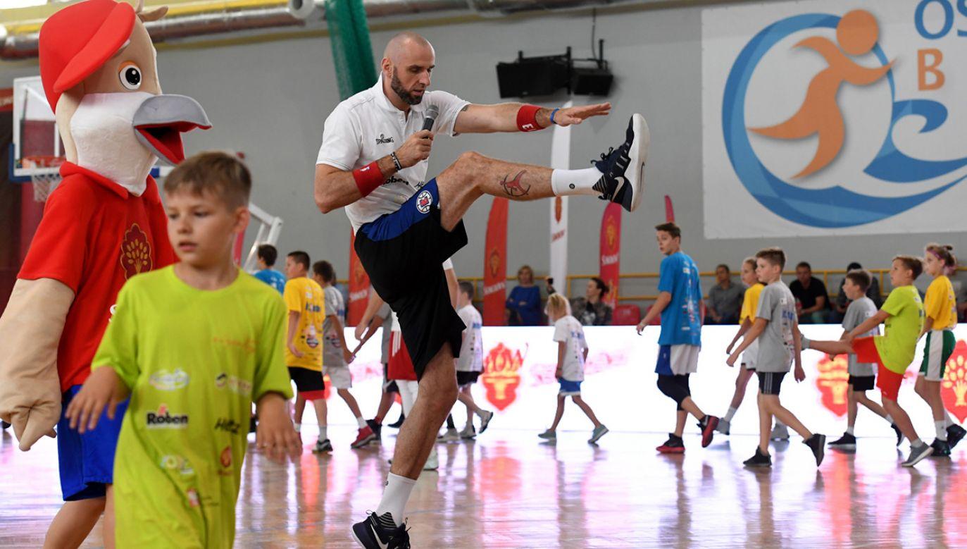 Ponad 200 młodych warszawiaków miało okazję szlifować umiejętności koszykarskie pod okiem samego Marcina Gortata podczas zajęć w ramach Marcin Gortat Camp (fot. PAP/Piotr Nowak)