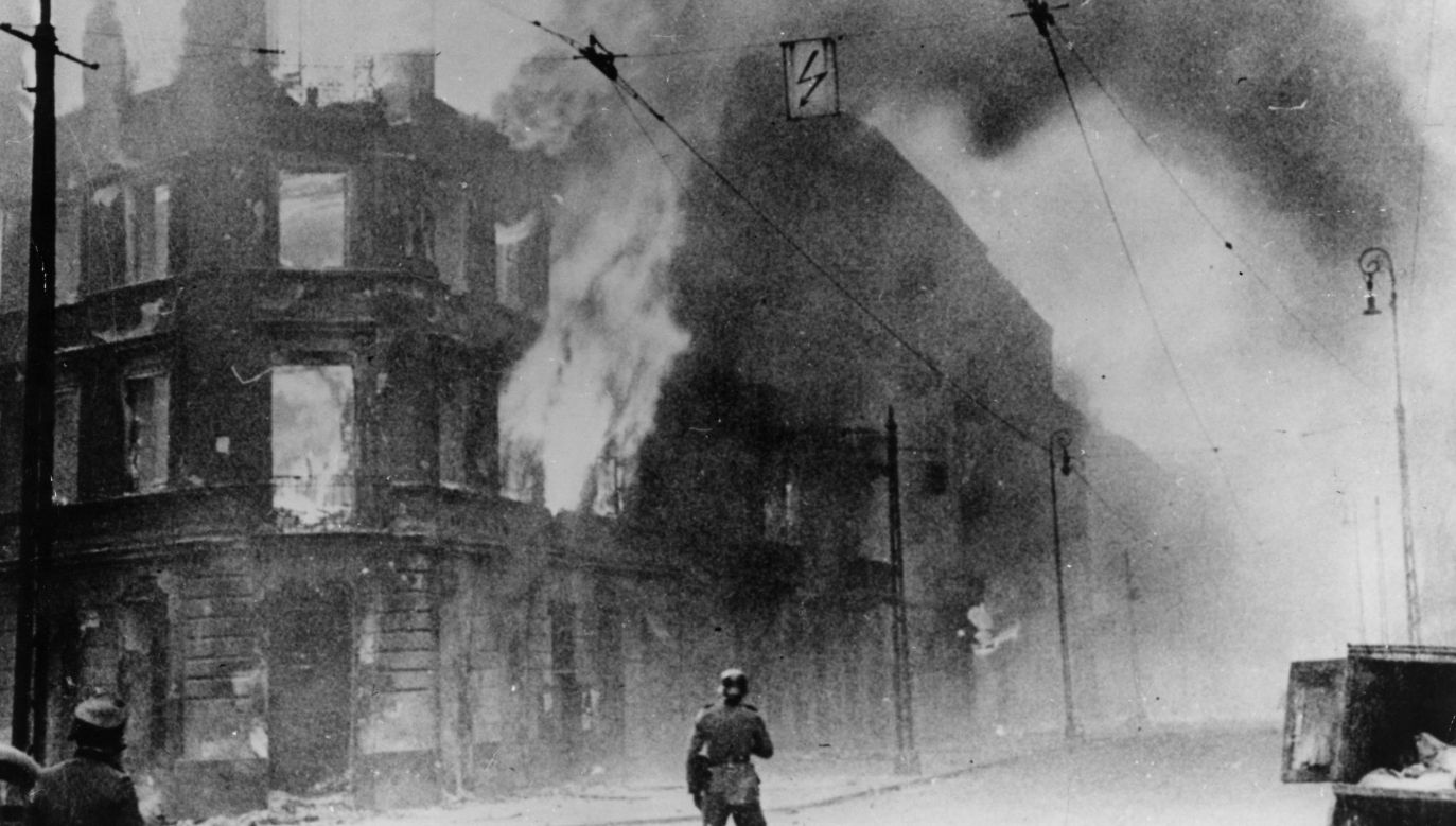 Ghetto Uprising 1943: Fire breaks out during the Warsaw Ghetto Uprising. Photo: Keystone/Getty Images