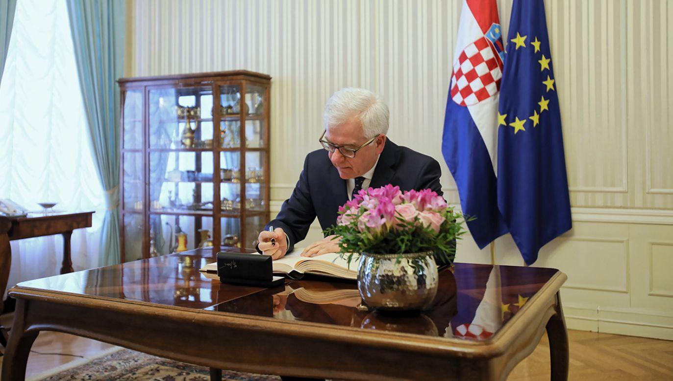Minister spraw zagranicznych Jacek Czaputowicz wpisuje się do księgi pamiątkowej przed spotkaniem z premierem Chorwacji Andrejem Plenkovicem  (fot. PAP/Leszek Szymański)