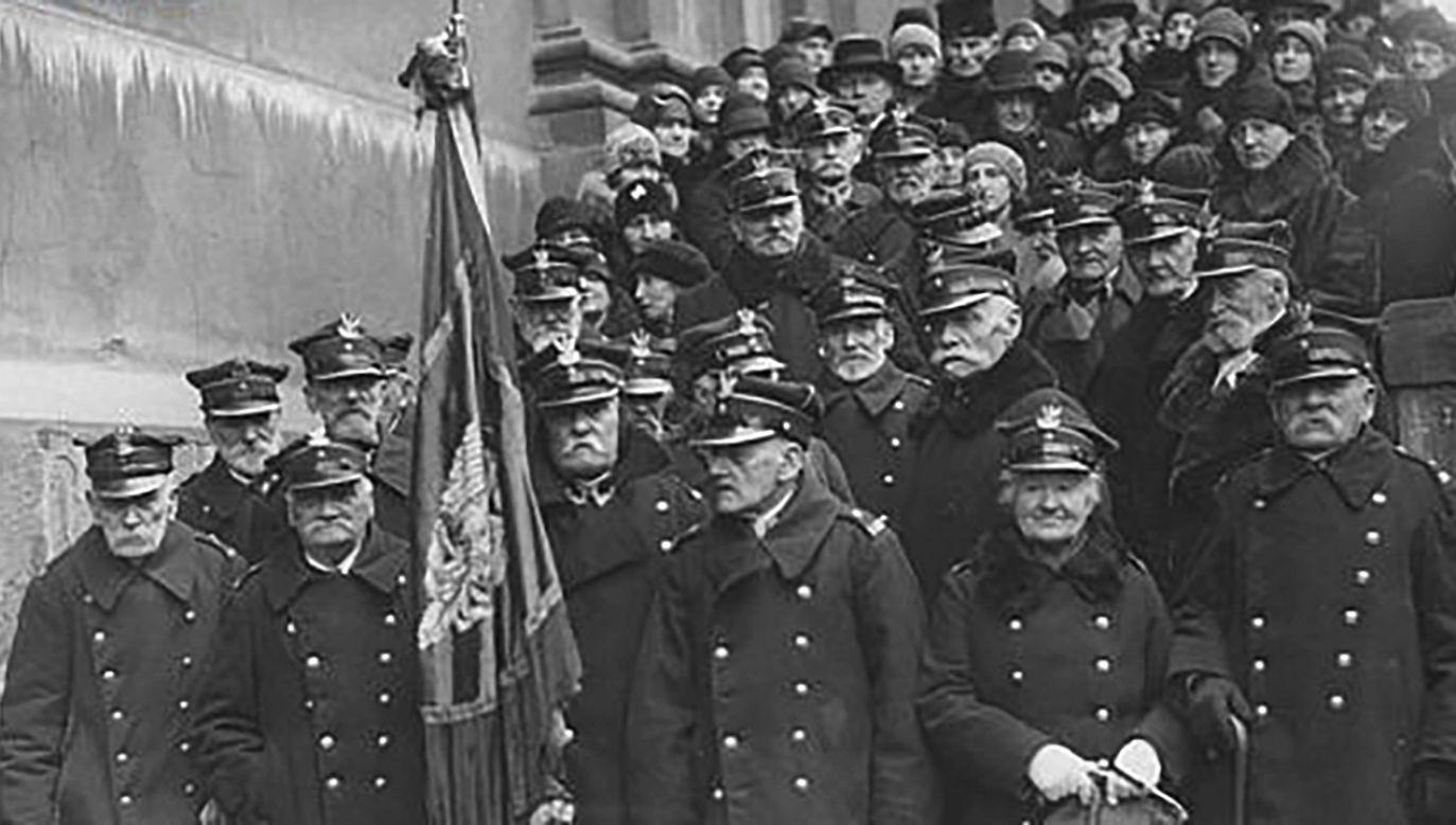 Był to największy polski zryw narodowy w XIX wieku. Grupa weteranów powstania styczniowego opuszcza kościół św. Krzyża po nabożeństwie.  (fot. NAC)