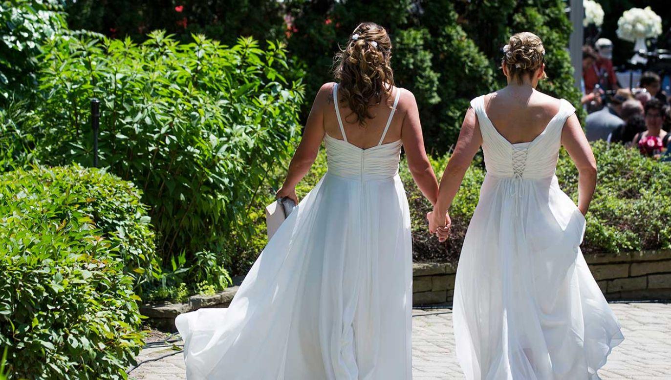 Dla Polaków małżeństwo to wciąż związek kobiety i mężczyzny (fot. REUTERS/Mark Blinch)