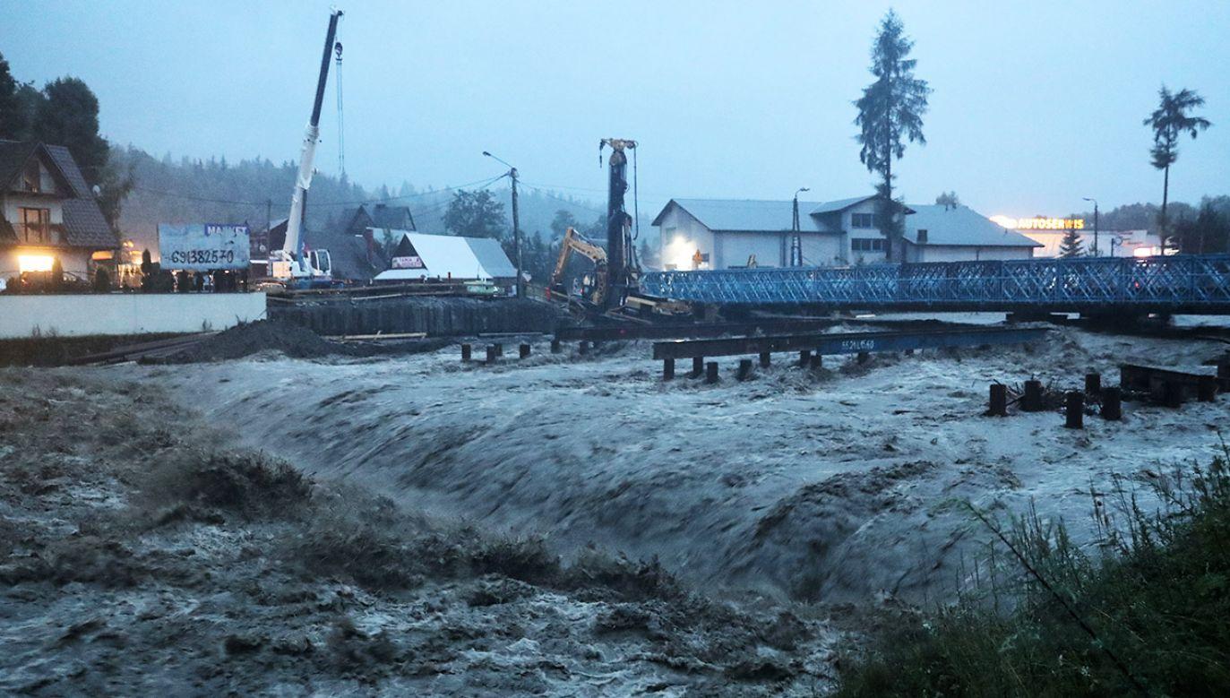 Most tymczasowy na Zakopiance w Białym Dunajcu został zamknięty z powodu groźby zawalenia, wywołanej wysokim stanem wody (fot. PAP/Grzegorz Momot)
