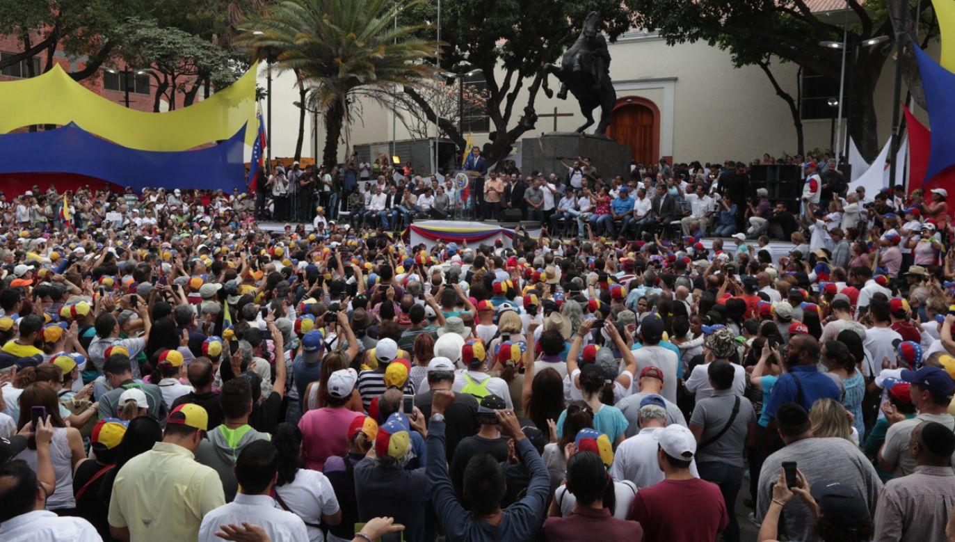 Juan Guaido podczas wiecu setek jego zwolenników w stolicy kraju, Caracas (fot. EPA/Rayner Pena)