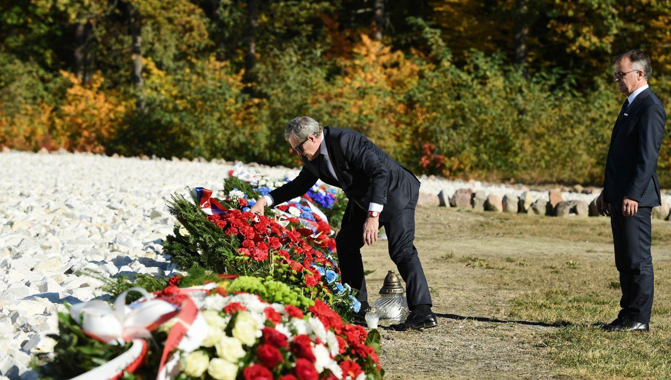 Minister Gliński lays flowers at the place of the WWII extermination camp in Sobibór. Photo: PAP/Wojciech Pacewicz